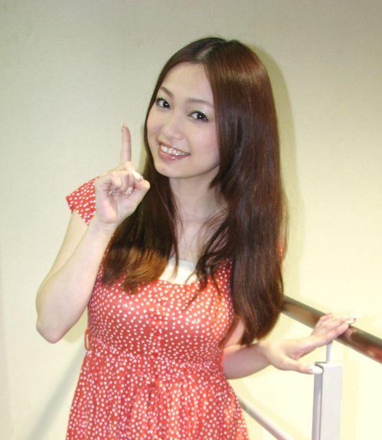 微笑む西田あい。
