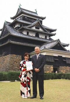 国宝松江城をパックに永井裕子と松浦正敬松江市長.jpg