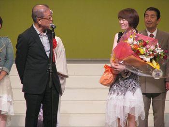 審査委員長のもず唱平から祝辞を受ける國中さん.jpg