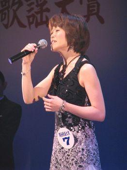 恋いし浜を歌う國中さん.jpg