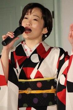 松江恋しぐれを歌う永井裕子2.jpg