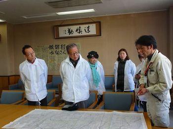 飯館村災害対策本部で説明を聞く一行.jpg