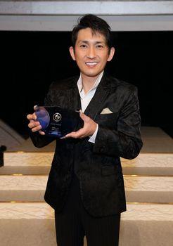 ゴールドディスク賞の記念の楯を手に大感激の福田こうへい.jpg