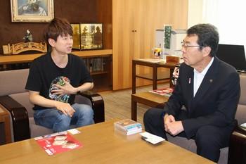 パク・ジュニョンと牟礼赤穂市長.jpg