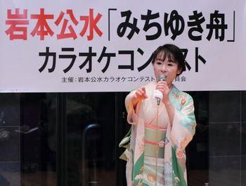 新曲「みちゆき舟」を歌う岩本公水.jpg