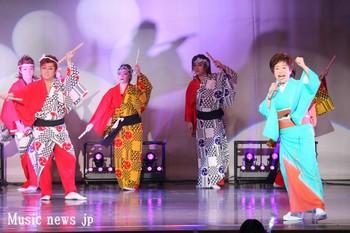 河内おとこ節を座員と一緒に歌う中村美律子.jpg