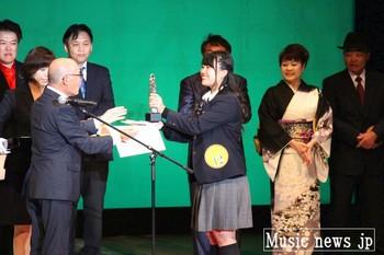 笑顔で表彰状とトロフィーを手にする森田鈴音さん.jpg